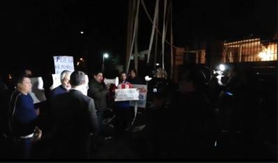 Se movilizan frente a domicilio de titular de IPS