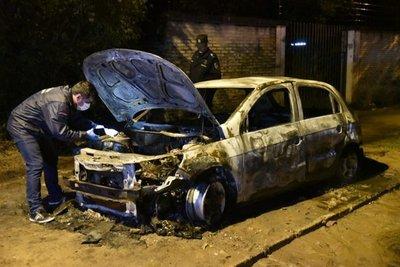 Auto se quema por completo y buscan causas