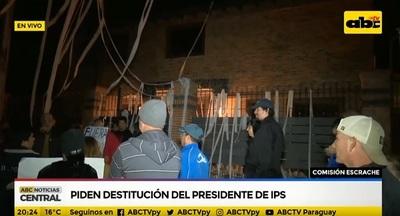 Escrachan y exigen renuncia a titular del IPS