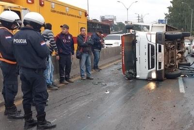 Camión cisterna causa cuádruple choque sobre viaducto de Santa Teresa