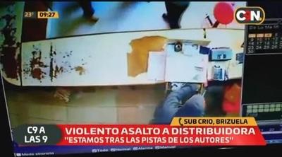 Hombres armados asaltan local comercial