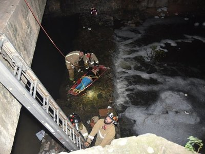 Rescatan a una mujer que cayó en el arroyo Mburicaó