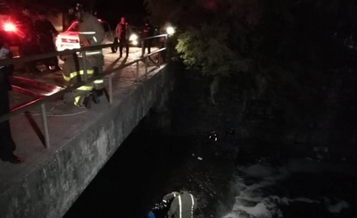 HOY / Bomberos rescatan a mujer que se arrojó al arroyo Mburicao