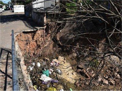 Desmoronamiento arriesga puente sobre Artigas y viviendas vecinas