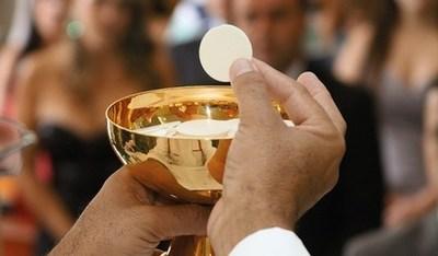 Obispo prohíbe la Comunión a congresistas proaborto en Estados Unidos