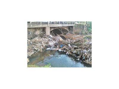 Buscan evitar que se tire basura al arroyo