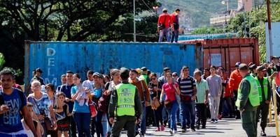 Una marea de venezolanos cruzó a pie a Cúcuta tras reapertura de la frontera