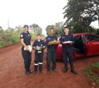 Bomberos venden empanada para tener recursos