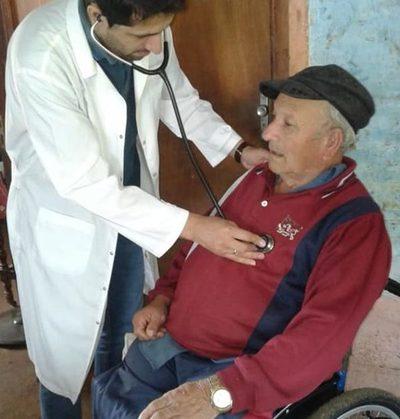 Asisten a adultos mayores en asentamiento