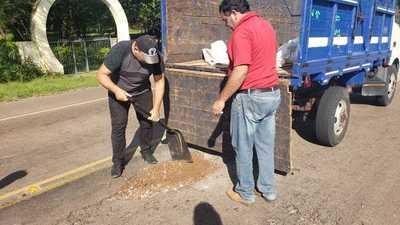 Pobladores tapan baches en la ruta Loreto-Concepción
