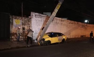 HOY / Taxi esquivó a una moto y chocó contra una columna