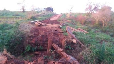 Denuncian que derrumbe de puente de madera aísla a pobladores de Itakyry