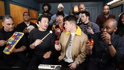 """Los Jonas Brothers interpretaron """"Sucker"""" con instrumentos de juguete"""