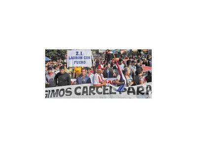 Manifestantes exigen cárcel para el clan Zacarías y bloquean puente