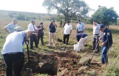 Retiran restos humanos de una hacienda de Acahay