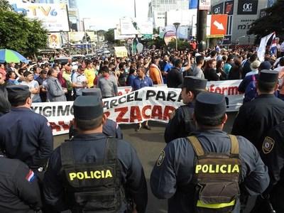 Obligan a comerciantes a cerrar negocios y bloquean el Puente de la Amistad