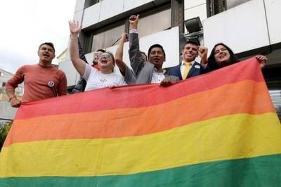 Ecuador da un paso histórico y aprueba el matrimonio igualitario