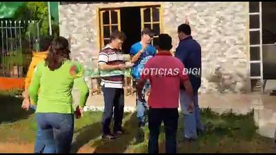 Operadores de Carlos Godoy agreden a comunicador