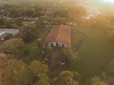 Jóvenes abrazaron mayor patrimonio de Yaguarón, su templo