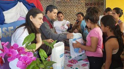 Entregan kits de higiene a niñas y mujeres que viven en refugios