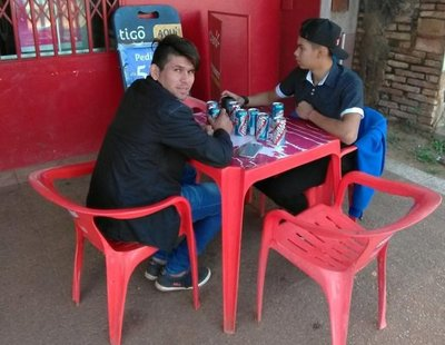 Menores se alcoholizan en la vía pública a la vista de todos