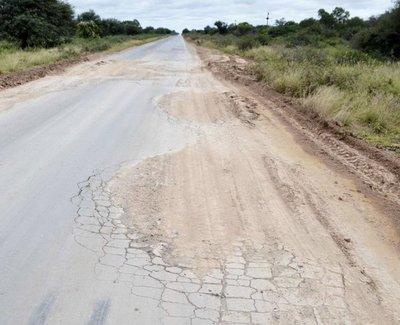 Rellenan con arena varios baches de la Ruta Transchaco