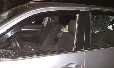 Destruyó vehículos, golpeó a su pareja y suegro porque no lo dejaron conducir ebrio