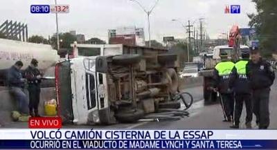 Camión cisterna vuelca en viaducto