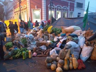 Campesinos vuelven a Asunción porque Marito no cumplió lo prometido, dicen