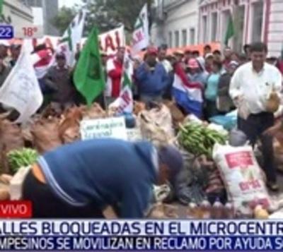 Campesinos cierran calles para exigir al Gobierno que cumpla promesas