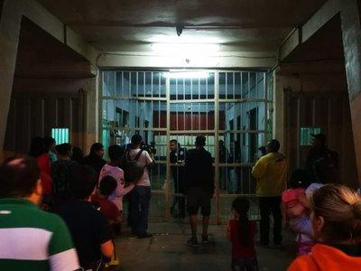 Sacan a familiares de la cárcel