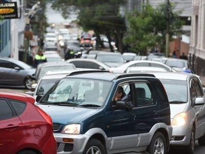 Calles bloqueadas causan congestión vehicular en el microcentro
