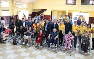 Fundación entrega sillas de ruedas en Franco