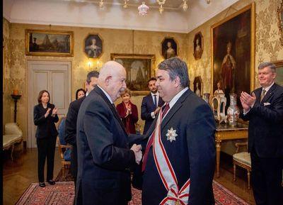Condecoran a ex embajador