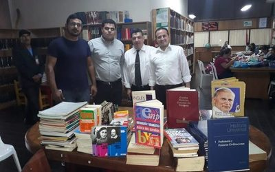 Donan libros a biblioteca municipal