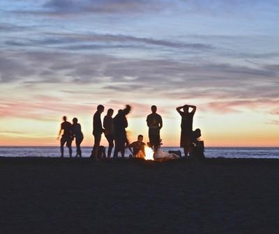 Afirman que las personas que se reúnen a menudo con amigos tienen mejor salud mental y física