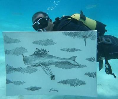 Artista cubano sorprende pintando bajo el mar