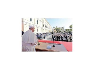 Papa insta a jóvenes a declarar la guerra al acoso escolar