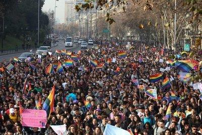 Multitudinaria marcha en Chile contra desigualdad LGBTI