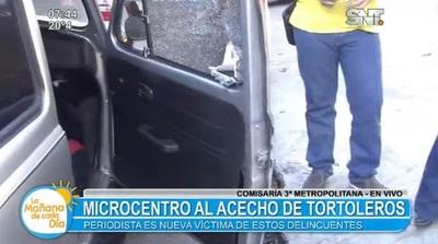 Tortoleros pelan vehículo de periodista