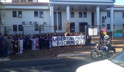 Empresa dice que manifestantes fueron por su voluntad a pedir libertad de Rodrigo