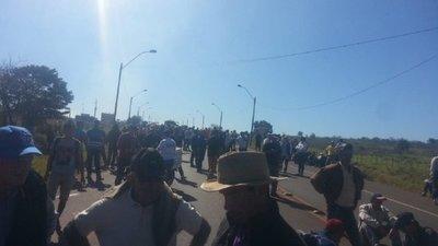 Productores de mandioca cierran ruta 13 y exigen precio justo