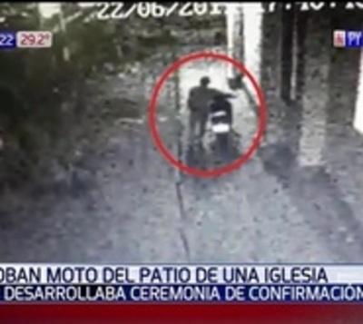 Maleante aprovechó ceremonia religiosa para robar una moto