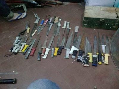 Más de 80 cuchillos, estoques y lanzas se incautaron en Tacumbú