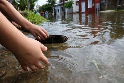 Unas 14.000 familias siguen en albergues pese a descenso del río