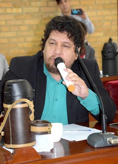 Colegio de Abogados denuncia a concejal Kelembu por destrucción de señal de tránsito