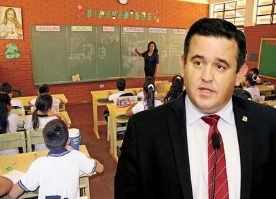 """Petta despidió 100 docentes y """"voló"""" a los EEUU"""