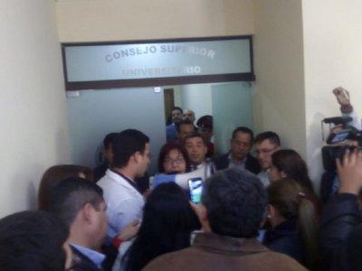 Medicina UNA: Protestan en el Rectorado ante recorte de fondos