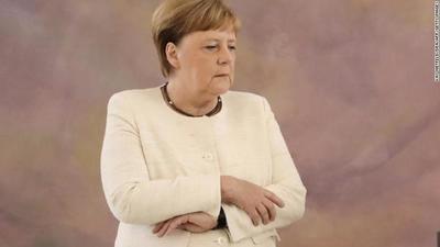 Angela Merkel sufre ataque de temblores en su cuerpo (video)