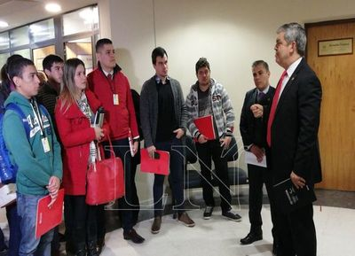 Riera pide reincorporación de docentes cesados en el MEC